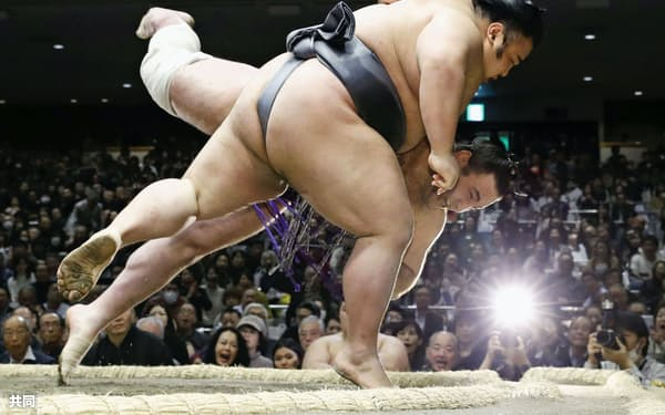 貴景勝(手前)が小手投げで栃ノ心を下す(23日、両国国技館)=共同