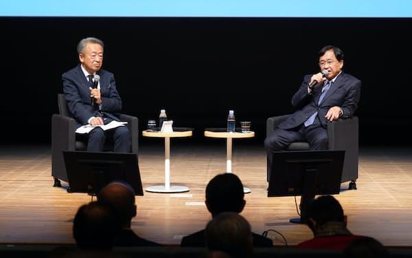 対談するジャーナリストの池上彰氏(左)と三菱ケミカルホールディングスの小林喜光会長(23日、東京・大手町)