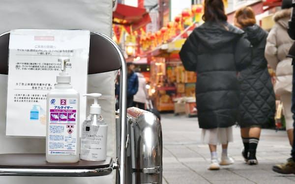 新型コロナウイルスを警戒し消毒液を設置する南京町の入り口(23日、神戸市中央区)