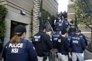 違法なバースツーリズムの現場に踏み込む米連邦警察(2015年3月)=AP