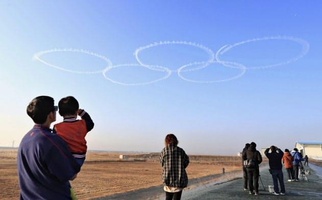 聖火待つ五輪マーク大空に 空自ブルーインパルス訓練