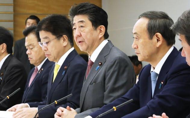 新型コロナウイルスに関連した感染症対策に関する関係閣僚会議で発言する安倍首相(24日午前、首相官邸)