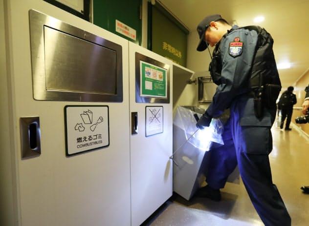 旅客船へのテロを想定した訓練で、船内を検索する海上保安官ら(24日午前、東京都港区)