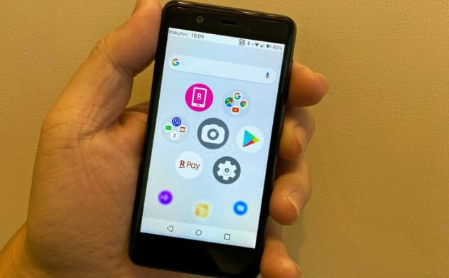 楽天モバイルの「Rakuten Mini」。小型ながら非接触の電子決済に対応したスマートフォンだ
