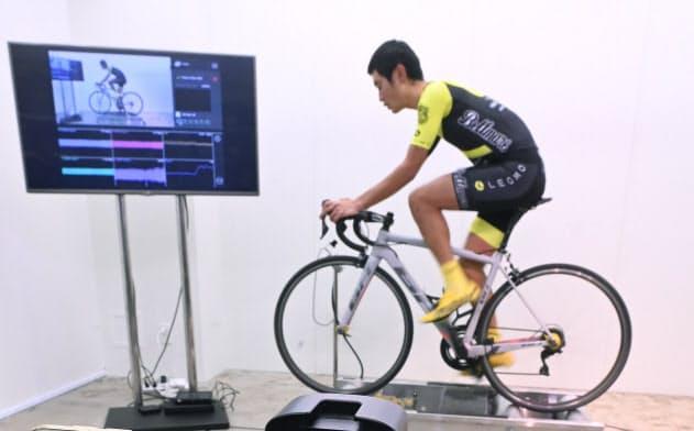 足や腰に付けたセンサーから動きを解析する(東京都品川区のLEOMO)