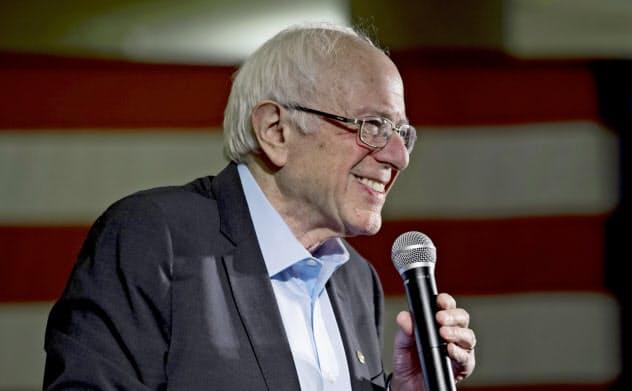 サンダース氏は移民政策で主張を後退させ、今や民主党の中で最もリベラルな大統領選候補となった=AP