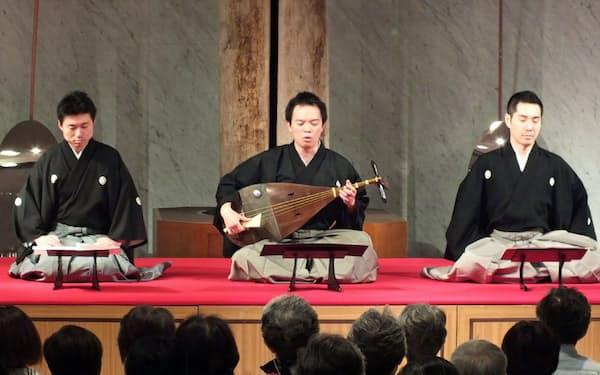 琵琶などによる平家物語の音曲の様子(浜松市楽器博物館提供)
