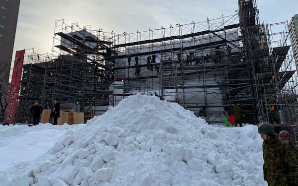 記録的な雪不足の中、大通公園では雪まつりの準備が進められている。