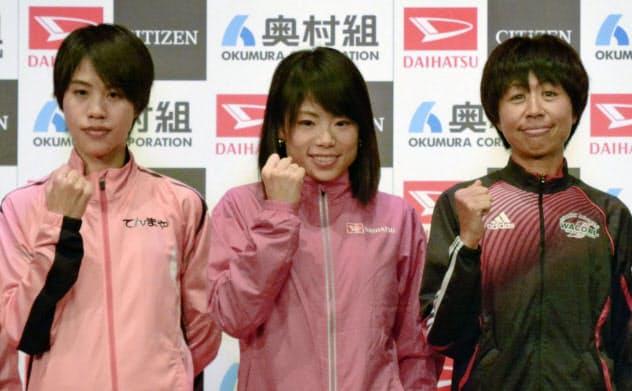 記者会見後、撮影に応じる(右から)福士加代子、松田瑞生、小原怜(24日、大阪市)=共同