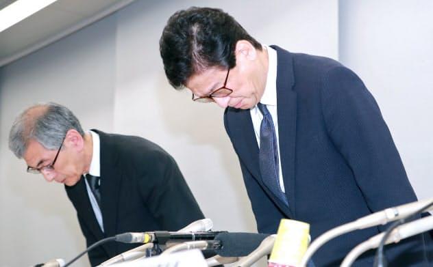 入試で不適切な対応があったとして記者会見で謝罪する日本大の高山忠利医学部長(右)ら(2018年12月、東京都板橋区)