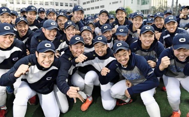 出場が決まり、喜ぶ中京大中京の選手たち(24日、名古屋市)=共同