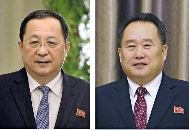 北朝鮮の李善権外相(右)と退任した李容浩氏=共同
