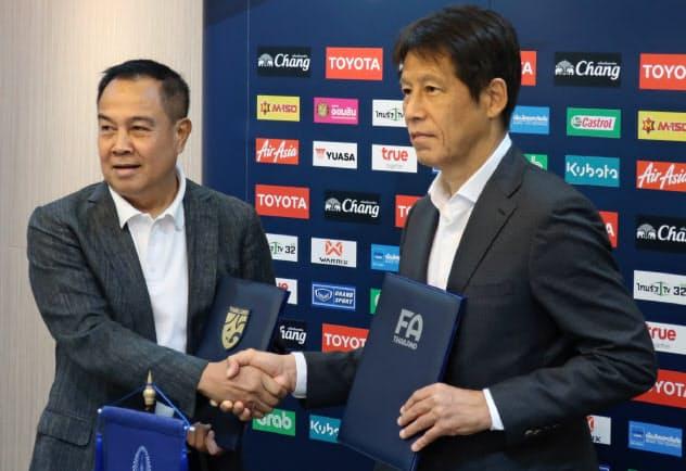 契約延長で合意したタイサッカー協会のソムヨット会長と西野氏(右)(24日、バンコク)