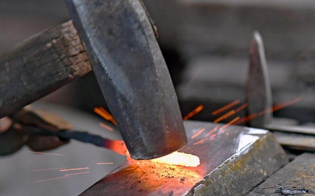 熱した鉄の棒を金づちで手打ちし、刃を成形する=笹津敏暉撮影