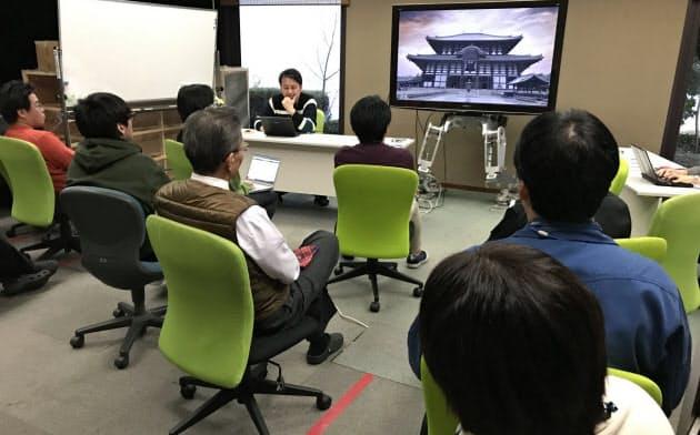 ほぼ全社員が集まり、リラックスした様子で話を聞く(奈良市のATOUN本社)