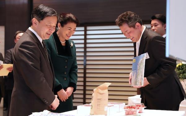 農林水産祭天皇杯受賞者から説明を受ける天皇、皇后両陛下(24日、皇居・宮殿)=代表撮影