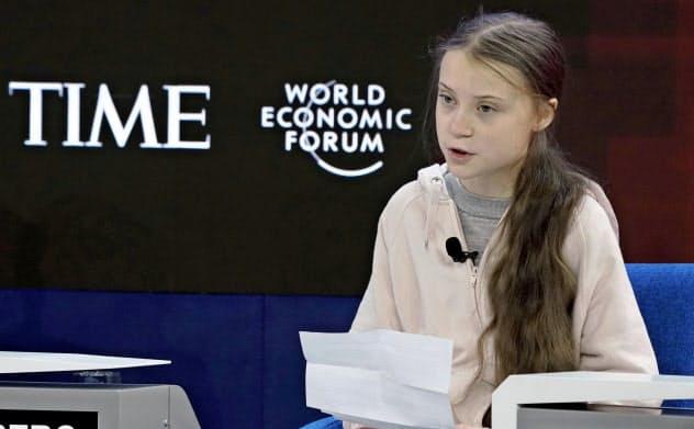 21日、ダボス会議の討論会で話すグレタ・トゥンベリさん(スイス・ダボス)=ロイター
