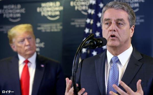 WTOのアゼベド事務局長(右)はトランプ米大統領と共同で会見した(22日、スイス東部ダボス)=ロイター
