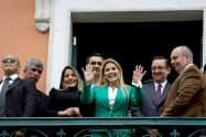 ボリビアのアニェス暫定大統領(中)は外交面で強硬路線を推進する(22日、ラパス)=ロイター
