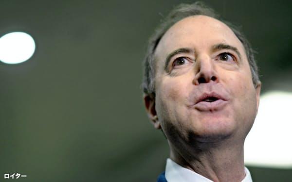 24日、米民主党のシフ下院情報特別委員長は検察官役としてトランプ氏の罷免を改めて訴えた(ワシントン)=ロイター