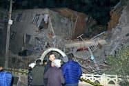 トルコ東部で発生した地震で倒壊した建物(24日)=AP