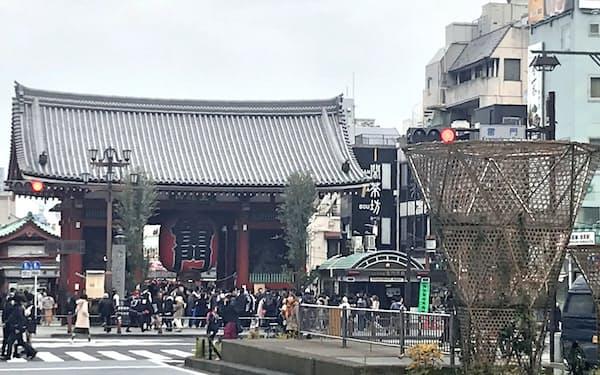 台東区が浅草寺の雷門近くに設置した竹材のオブジェ(昨年12月下旬)