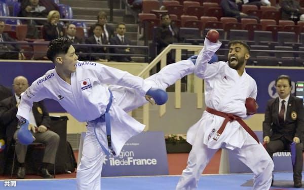 組手男子75キロ級2回戦 パキスタン選手(右)に敗れた西村拳(24日、パリ)=共同