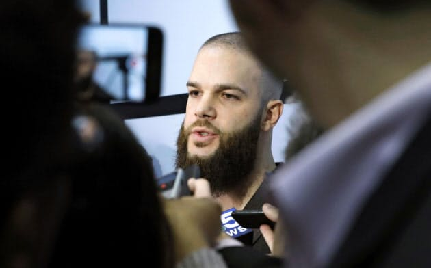 米大リーグ、ホワイトソックスのイベントで記者団から取材を受けるカイケル投手(24日、米シカゴ)=AP