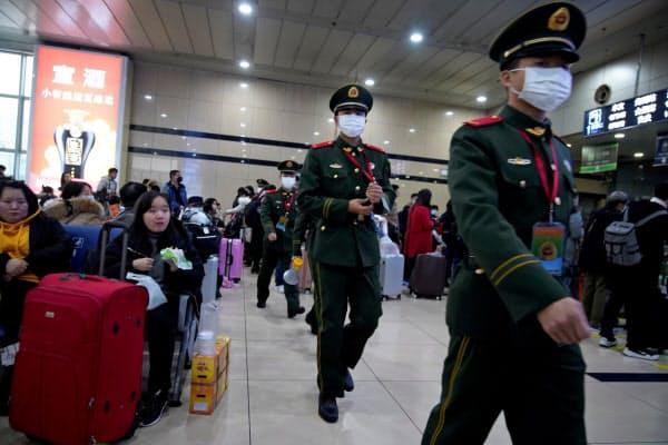 中国国内では厳戒態勢が続いている(22日、上海)=ロイター