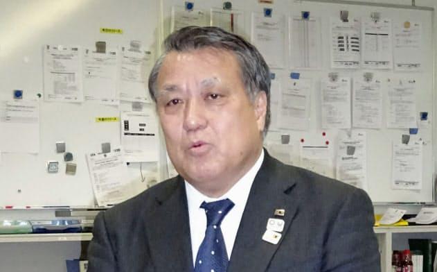 日本サッカー協会会長に再選され、取材に応じる田嶋幸三会長(25日、東京都文京区のJFAハウス)=共同