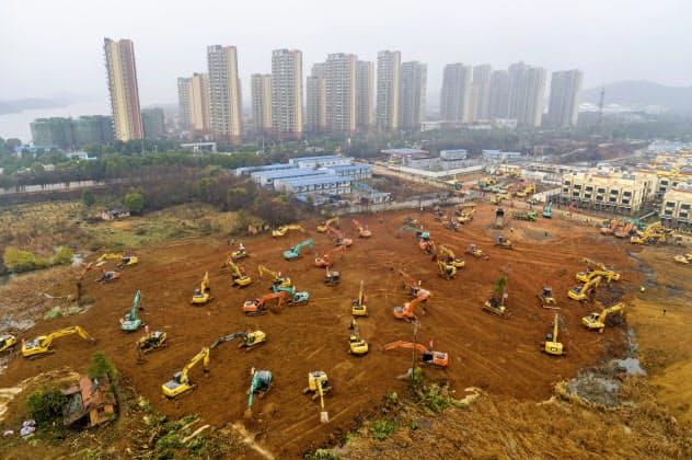 武漢では約1000床を備える臨時病院の建設が急ピッチで進む=AP