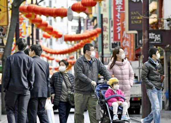 マスクをして横浜中華街を歩く人たち(25日、横浜市)