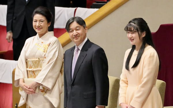 大相撲初場所の観戦のため両国国技館を訪れた天皇、皇后両陛下と愛子さま(25日)