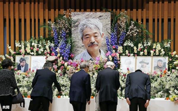 お別れ会の祭壇に飾られた中村哲さんの遺影(25日、福岡市)=共同