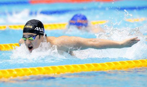 男子400メートル個人メドレー決勝 優勝した瀬戸大也のバタフライ(25日、東京辰巳国際水泳場)=共同