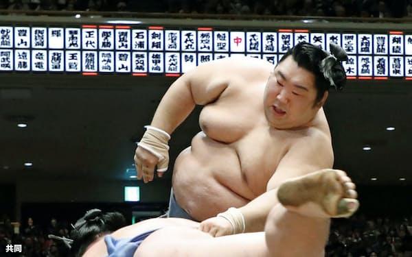 徳勝龍(奥)が突き落としで正代を破る(25日、両国国技館)=共同