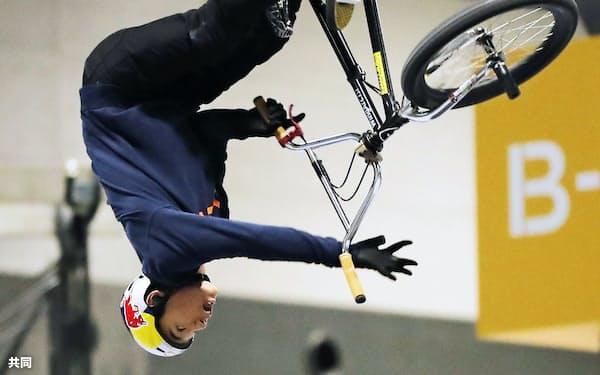 自転車BMXフリースタイル・パーク予選で演技する中村輪夢(25日、愛知県常滑市)=共同