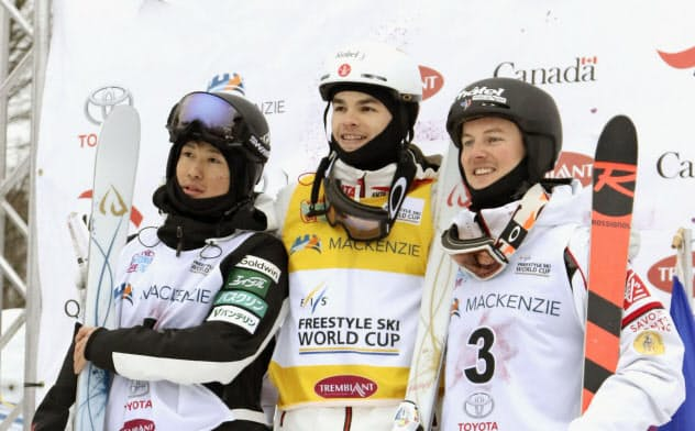 W杯男子モーグル第4戦で2位の堀島行真(左)。中央は優勝したミカエル・キングズベリー(25日、トランブラン)=全日本スキー連盟提供・共同