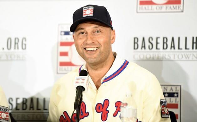 野球殿堂入りの記者会見で笑顔で話すジーター氏=USA TODAY