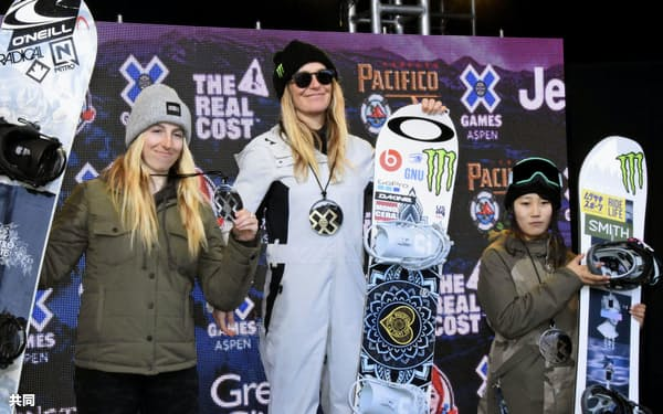 スノーボードのスロープスタイル女子で3位に入り、表彰台に立つ村瀬心椛(右)。中央は優勝したジェイミー・アンダーソン(25日、アスペン)=共同