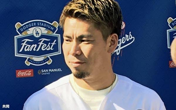 ドジャースタジアムでのファン感謝イベントで取材に応じる前田(25日、ロサンゼルス)=共同