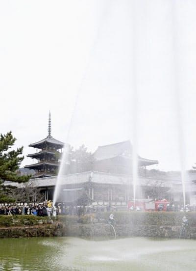 世界遺産・法隆寺で行われた消防訓練(26日、奈良県斑鳩町)=共同