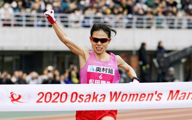 日本陸連の設定記録を突破する2時間21分47秒で優勝した松田瑞生(26日、ヤンマースタジアム長居)=共同