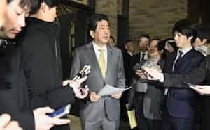 新型肺炎が発生した中国・武漢市に滞在する邦人について、希望者全員を帰国させる考えを表明する安倍首相=26日、首相公邸