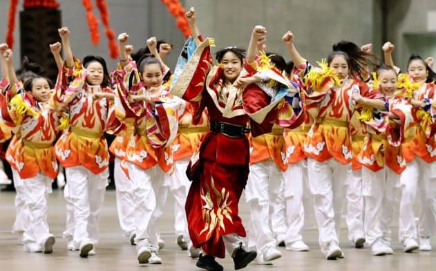 報道陣に公開された、東京五輪の聖火引き継ぎ式で日本が披露する文化パフォーマンスのリハーサル(26日午後、千葉市の幕張メッセ)=共同