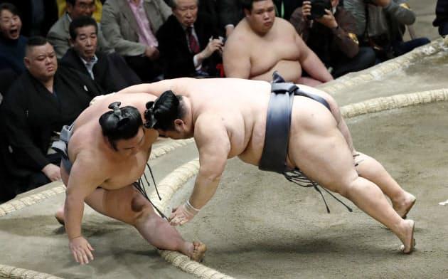 徳勝龍(右)が寄り切りで貴景勝を破り、初優勝を決める(26日、両国国技館)=共同