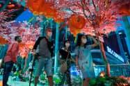 春節の飾り付けがされたバンコクの街中ではマスクをつけた人が目立つ