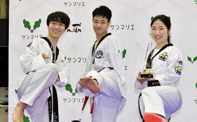 東京パラリンピックのテコンドー代表に内定した(左から)田中光哉、工藤俊介、太田渉子(26日、日本財団パラアリーナ)=共同