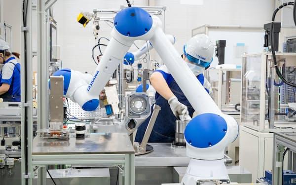 作業者と同じスペースで動く協働ロボットの導入も進めている