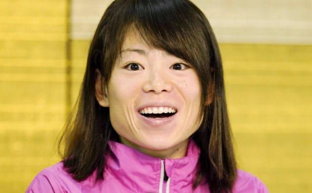 大阪国際女子マラソンから一夜明け、記者会見で笑顔を見せる松田瑞生(27日、大阪市)=共同